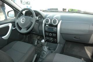 Интерьер в целом как у Renault Logan, но грузопассажирские возможности салона не сравнимы