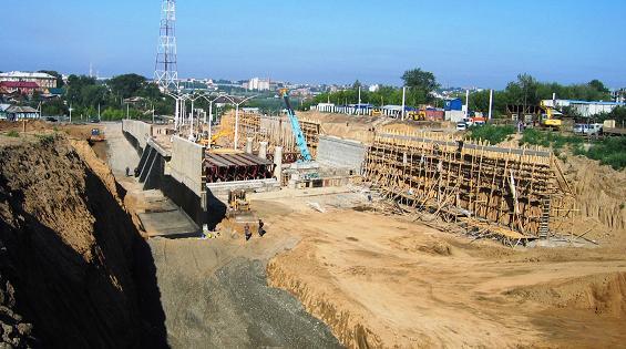 Бетонирование опорных стенок ведется в сторону существующего главного хода и за путепроводом на ул. Седова